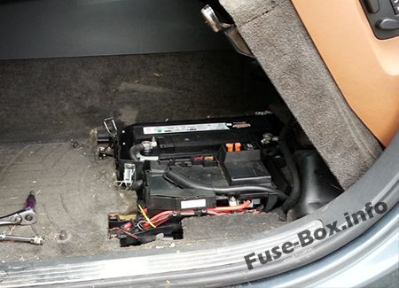 Pre-fuse box, under driver seat: Volkswagen Touareg (2006-2010)