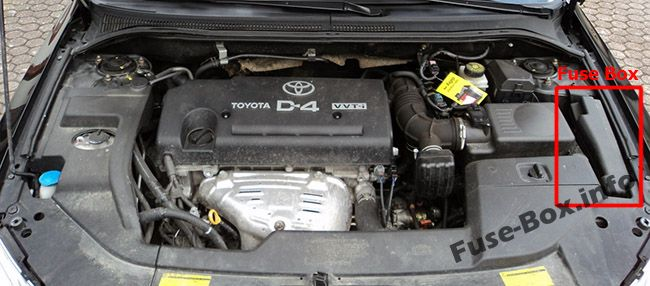 The location of the fuses in the engine compartment: Toyota Avensis II (2003-2009)