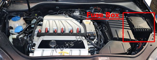 The location of the fuses in the engine compartment: Volkswagen Golf V (2004-2009)